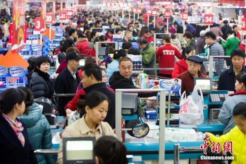 居民在超市里购物。张云 摄