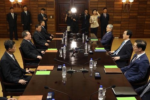 8月13日,韩朝双方在板门店朝方一侧统一阁举行高级别会谈。新华社发
