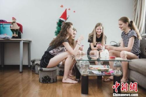 闲暇之余,模特们会在出租屋里一起打牌。