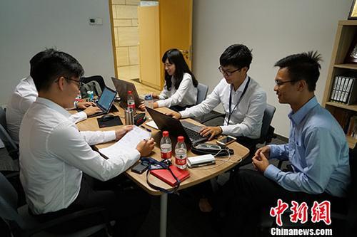资料图:台湾大学生在交通银行北京市分行实习。中新社记者 王捷先 摄