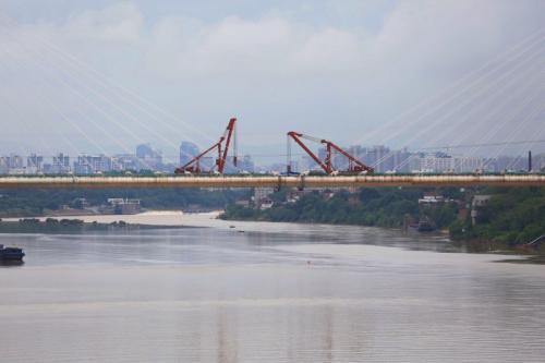全国首座大跨度高速铁路斜拉桥合龙