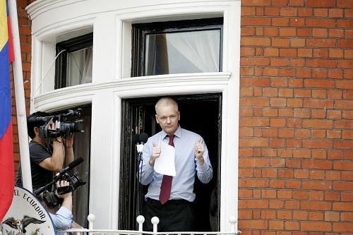 """2012年8月19日,""""維基揭祕""""網站創始人阿桑奇在厄瓜多爾駐英國大使館的陽臺上向媒體講話。 新華社發"""