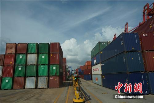 连云港港口的集装箱。中新网记者 叶攀 摄