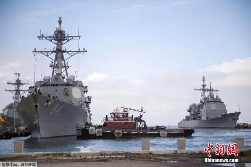 """當地時間9月10日,美國弗吉尼亞州諾福克,美國海軍軍艦駛離諾福克海軍基地,準備在颶風""""佛羅倫斯""""到來之前,在大西洋渡過風暴。"""