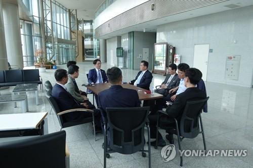 資料圖片:韓朝聯辦籌備團在開城工業園區開會。 圖片來源:韓聯社/韓國統一部