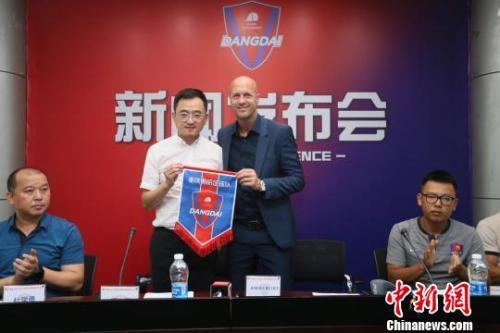資料圖:小克魯伊夫正式成爲重慶斯威俱樂部主教練,從郝海濤手中接過指揮棒