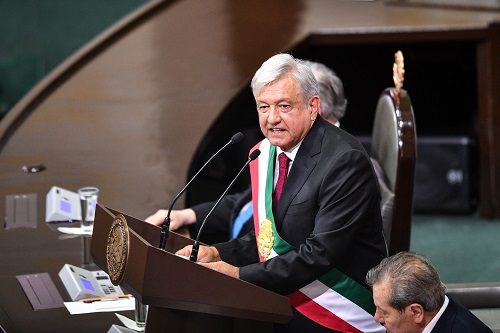 12月1日,在墨西哥首都墨西哥城,安德烈斯·曼努埃爾·洛佩斯·奧夫拉多爾發表總統就職演說。新華社記者 辛悅衛 攝