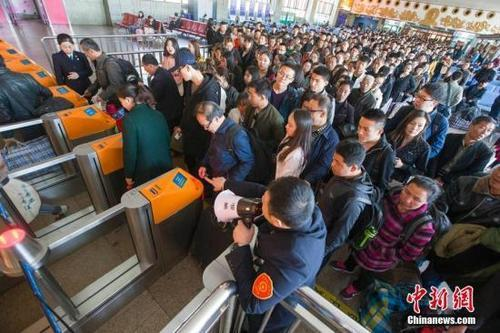 资料图:民众正在火车站排队检票。 张云 摄