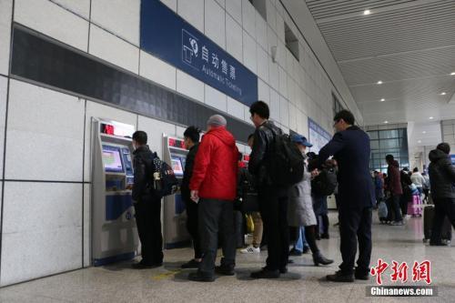 资料图:旅客正在自助购票。林馨 摄