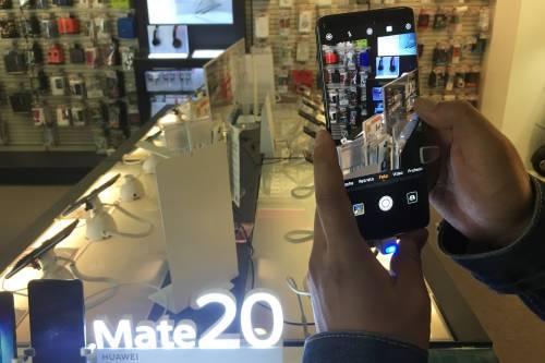 圖爲一名顧客體驗華爲手機。新華社