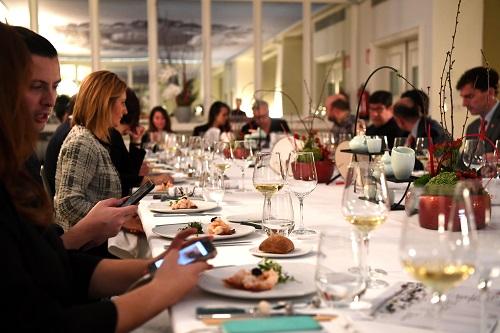 """2019年1月25日,西班牙媒體記者和網絡美食博主等在馬德里一家酒店品嚐""""行走的年夜飯""""中餐菜餚。 新華社記者 郭求達 攝"""