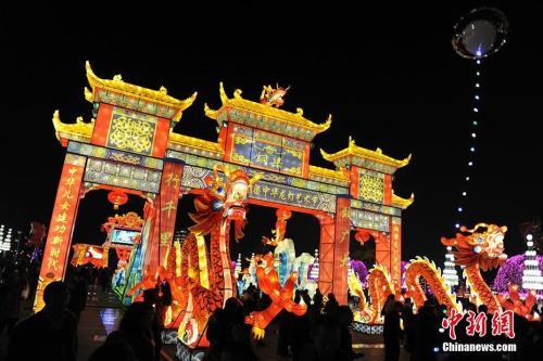 重慶銅梁中華龍燈藝術節,遊客觀看花燈。
