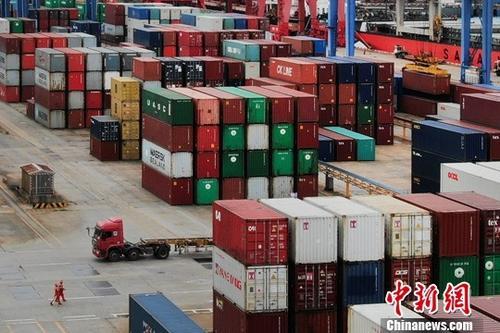 资料图:航拍江苏连云港一处集装箱货运码头。中新社记者 泱波 摄