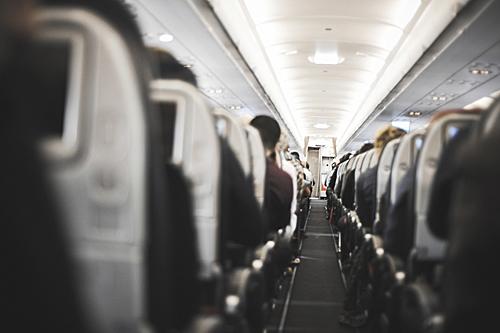 """坐在飞机里旅行的时间?#19981;?#21463;?#20581;?#30417;视""""。(视觉中国)"""