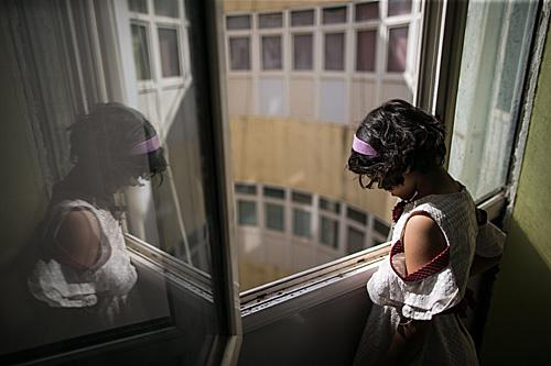资料图:利比亚首都的黎波里,一幢废弃的房屋成为流离失所的孩子暂时的家。(新华社)