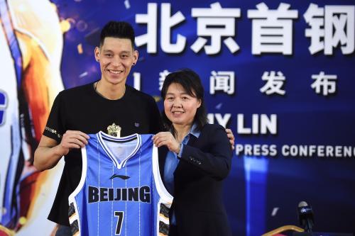 林书豪正式表态北京尾钢,借展现了本身的7号球衣。供图