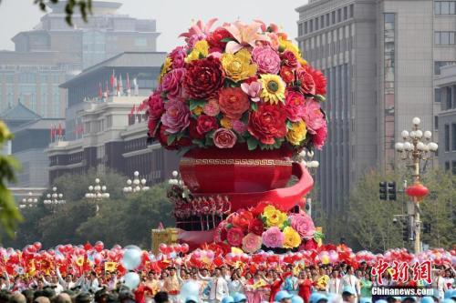 10月1日上午,庆祝中华人民共和国成立70周年大会在北京天安门广场隆重举行。图为群众游行中的祖国万岁方阵。中新社记者 韩海丹 摄