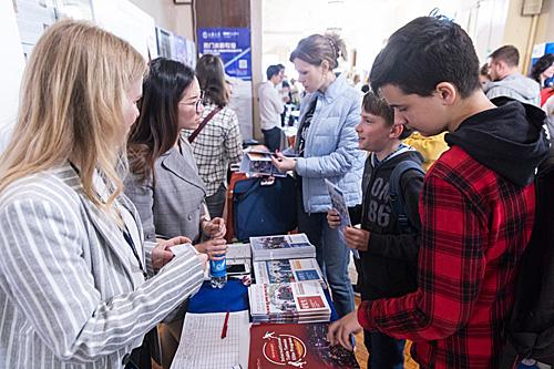 在俄罗斯莫斯科,工作人员在留学中国展览会上介绍情况。(新华社)