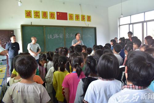 昌江区鲇鱼山镇开展国庆爱路护路宣传教育进校园活动