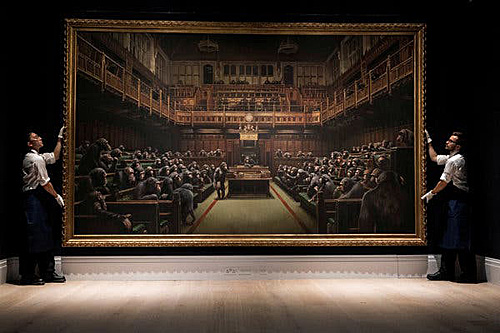 班克西绘做《权利下放的议会》(材料图片)
