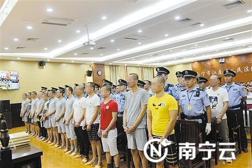 26名疑犯出庭受审。记者 陆增安 摄