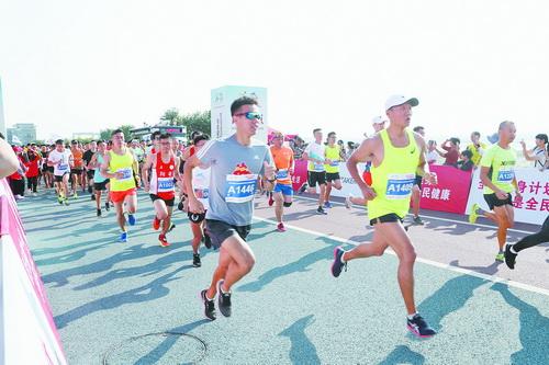 市全民健身运动会10公里路跑开赛 近2000人畅跑滨海浪漫线