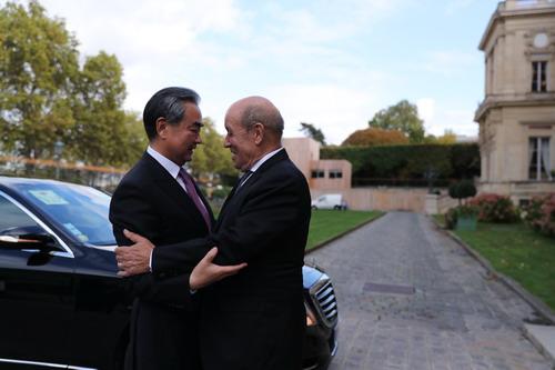 王毅在巴黎同法国外长勒德里昂举行会谈