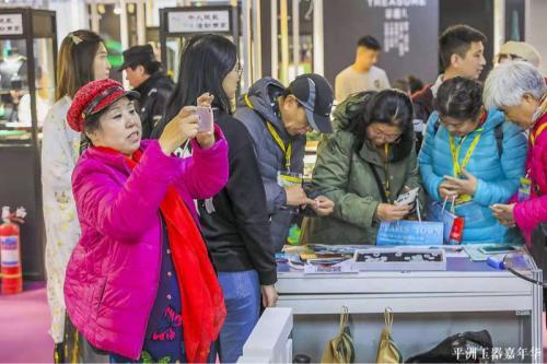 2019平洲玉器嘉年华圆满结束 千余人现场试戴翡翠手镯