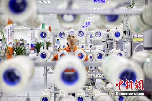 资料图:企业内的生产景象。中新社记者 泱波 摄