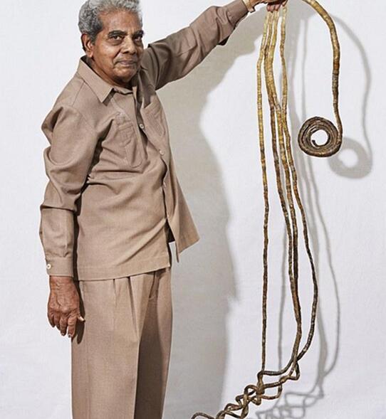 单手指甲最长的印度男人 留了66年后终于剪了图片