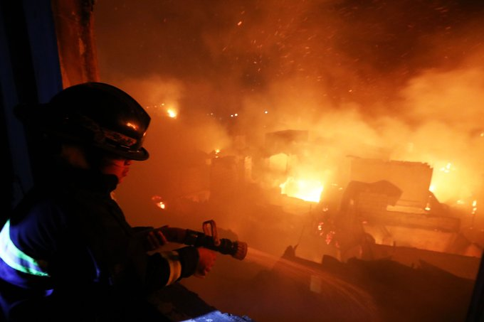△消防人员正在进行灭火救灾(图片来源:《菲律宾星报》)