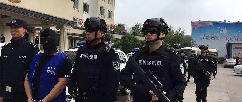大批持枪警察押解5蒙面男子!公安局长带队压阵!