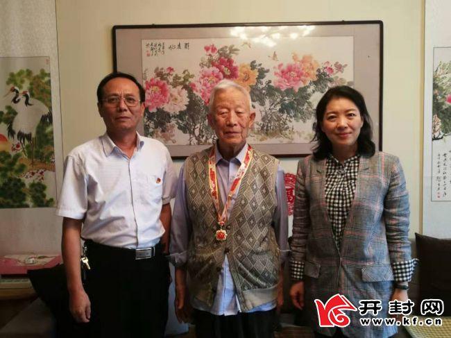 开封市粮食和物资储备局向离休老干部颁发庆祝新中国成立70周年纪念章