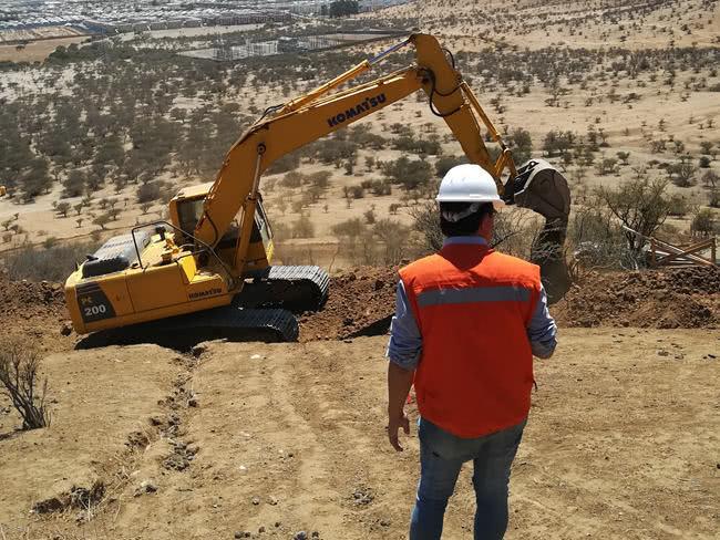 """中国电建福建公司在海外项目部帮助当地居民解决""""出行难"""""""