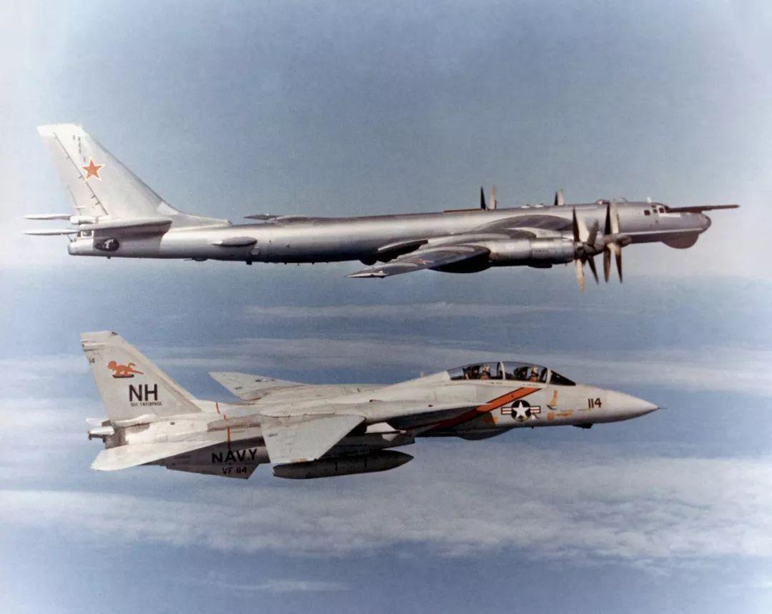 ▲资料图片:冷战时期,从美国航母起飞的F-14(下)和苏联Tu-95轰炸机(上)对峙,是冷战经典画面。(维基百科)