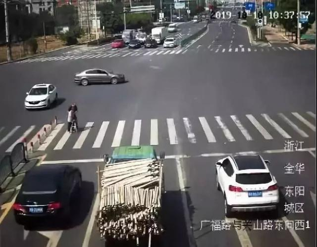 """大街上,车流突然为他们""""静止""""!原因让人肃然起敬"""