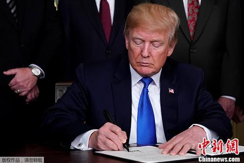 资料图:6月初,美国总统特朗普在对欧盟、加拿大和墨西哥在内的钢铝产品分别加征25%和10%的关税,结束了3月以来的豁免安排。
