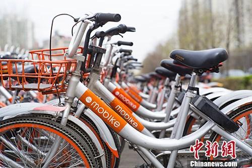资料图:北京街头停放的大量摩拜共享自行车。 中新社记者 侯宇 摄