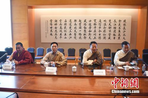 由西藏自治区人大代表、自治区党委常委、拉萨市委书记白玛旺堆(右二)率领的中国全国人大西藏代表团正在美国访问。11日,代表团接受媒体集体采访,介绍10日至11日在华盛顿访问情况。 刁海洋 摄
