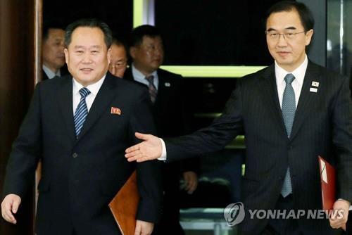 图注:韩国统一部长官赵明均(右)与朝鲜祖国和平统一委员会委员长李善权(左)