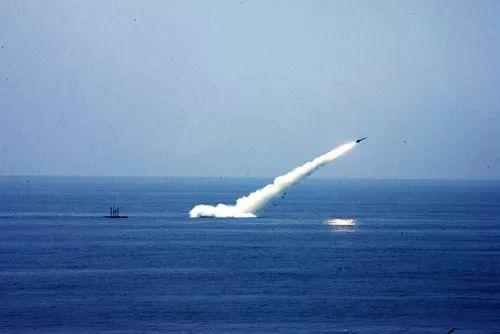 ▲资料图片:海军某新型潜艇水下发射导弹。新华社发