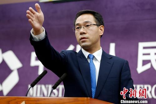 7月5日,中国商务部在北京举行例行新闻发布会。商务部新闻发言人高峰在发布会上就相关问题表明中方立场:面对威胁不低头;捍卫自由贸易不动摇;不打贸易战第一枪。中新社记者 李慧思 摄