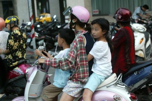 台湾孩子搭乘摩托车时未戴安全帽。台湾《联合报》资料图 台湾孩子搭乘摩托车时未戴安全帽。台湾《联合报》资料图