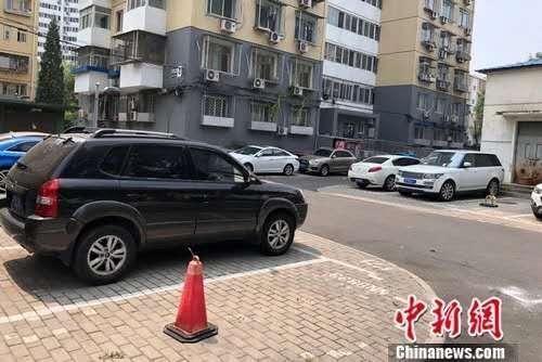 北京某小区内停在停车位或小区路边的车。中新网记者 程春雨 摄