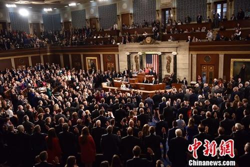 当地时间1月3日,新一届美国国会在首都华盛顿开幕,来自加利福尼亚州的民主党籍联邦众议员南希 佩洛西当选国会众议院议长。图为当选议员集体宣誓就职。中新社记者 沙晗汀 摄