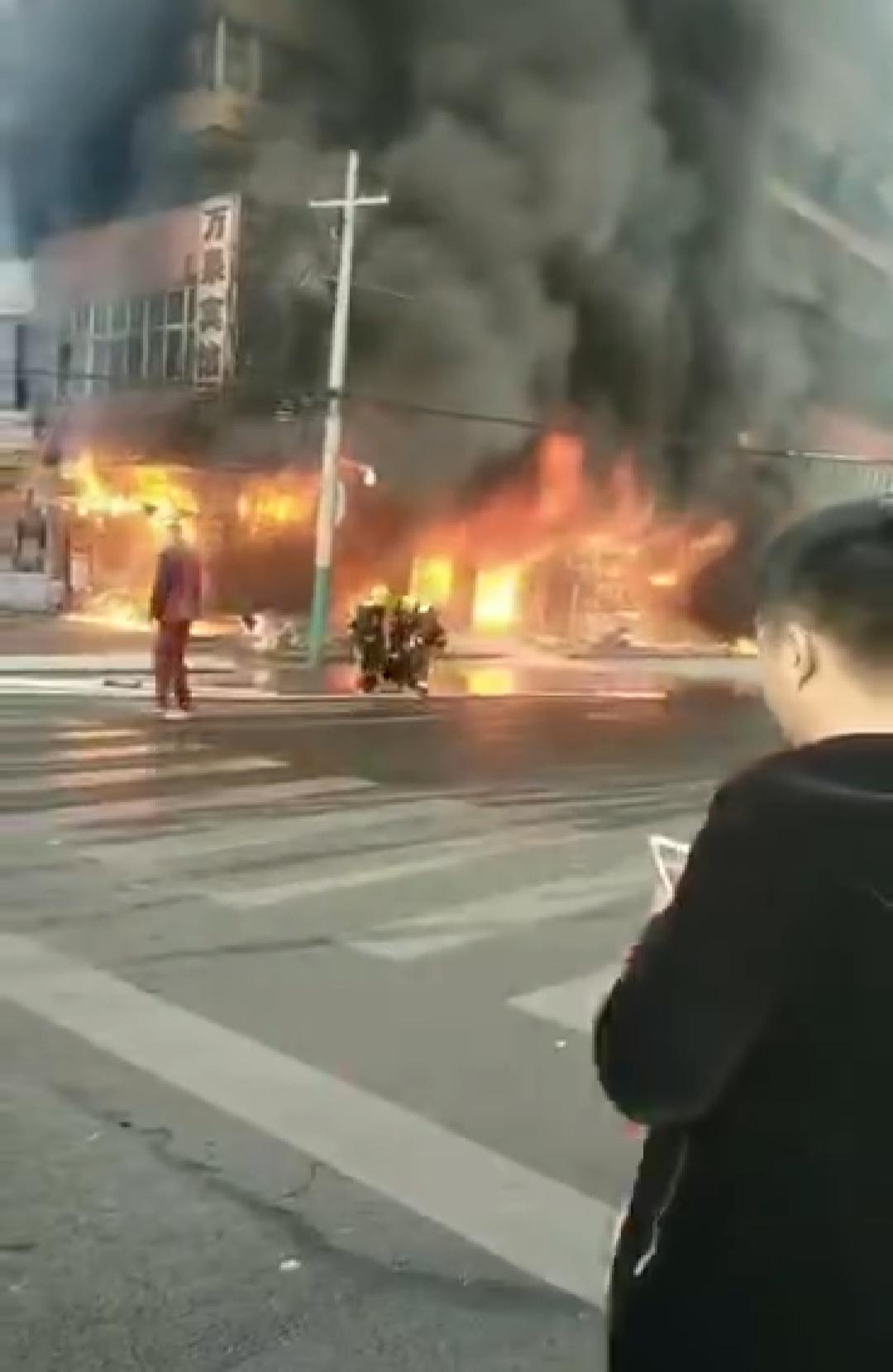 蚌埠火车站附近楼房起火,1人跳楼逃生受伤