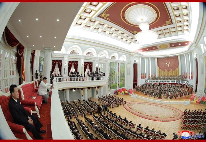 10月10日,金正恩旁观建党74周年庆贺表演(晨中社)
