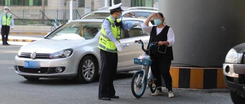 抱着爱犬骑车闯灯,罚50!哈市交警提醒,非机动车的这些行为将被罚款