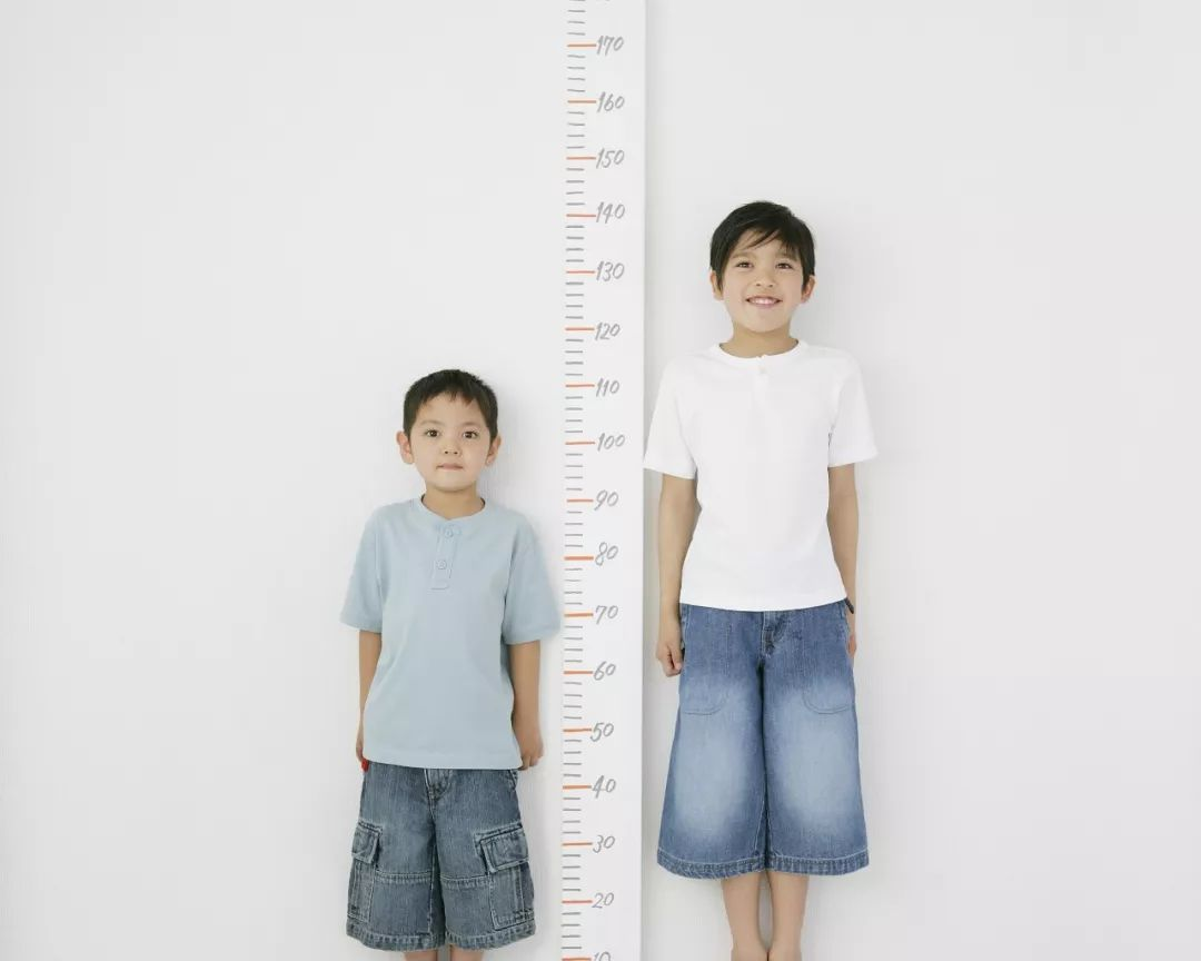 杭州11岁男孩瘦似竹竿,一年不长个儿,妈妈悔死,自己的爱竟成了伤害……