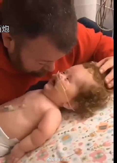 不可思议!婴儿得了重病,父亲望着病床上的他默默流眼泪……